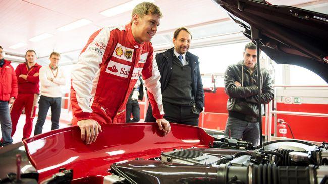 Vettel駕駛Ferrari FXX-K在Fiorano賽道上奔馳